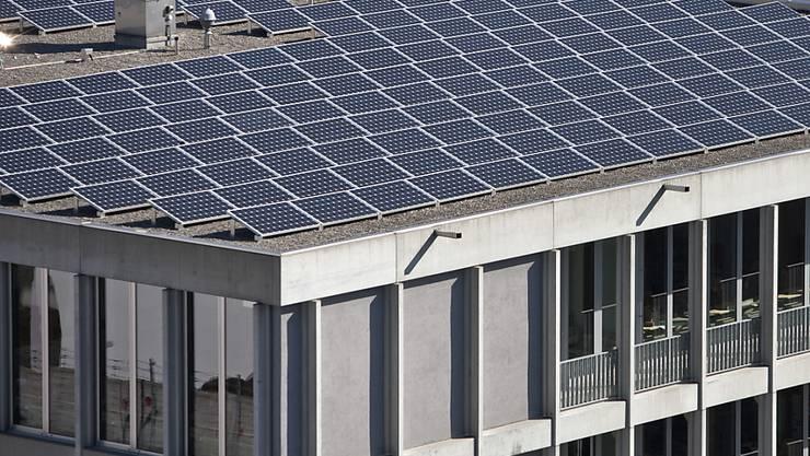 Auf www.sonnendach.ch können Hausbesitzer prüfen, ob sich das Dach ihres Hauses für eine Solaranlage eignet. (Symbolbild)