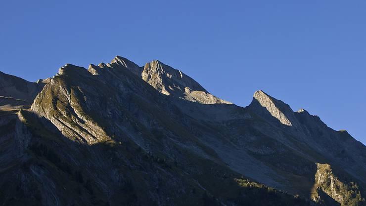 Das Brienzer Rothorn von der Luzerner Seite her gesehen: Im Massiv dieses 2350 Meter hohen Berges sind am Sonntag zwei Wanderer im Neuschnee stecken geblieben. (Archivbild)