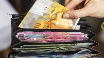 Etwas mehr Geld im Portemonnaie, mit dem man sich aber nicht mehr kaufen kann: die Gewerkschaften bezeichnen die Resultate der Lohnverhandlungen 2019 als ungenügend.