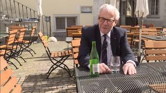Kurt Fluri im Aussenbereich des Restaurants Egge 14.