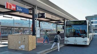 Bus statt Zug am Bahnhof Suhr: auf der Strecke von Lenzburg nach Zofingen setzen die SBB auf den Bahnersatz.