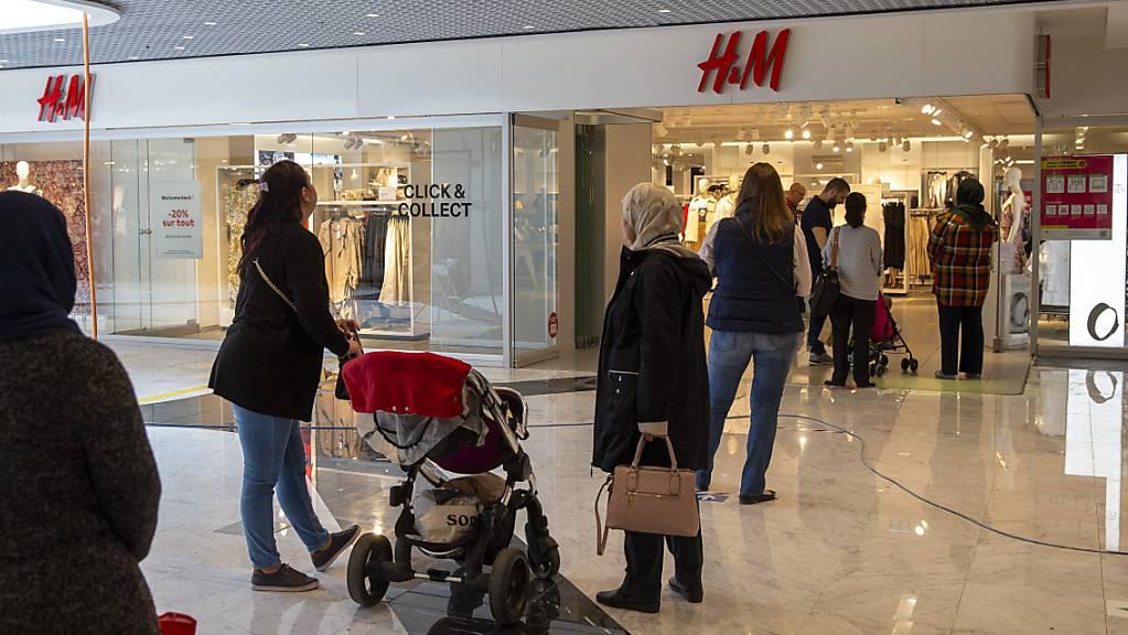 Trotz anhaltender Einschränkungen durch die Pandemie hat H&M den Umsatz weiter erhöht. (Archivbild)