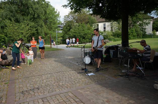 Die dreikoepfige Band Pocketones untermalt das Festival mit rockigen Sounds