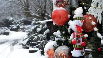 Laut MeteoNews sieht es dieses Jahr nicht nach weissen Weihnachten aus. Nur mit etwas Glück sieht man die eine oder andere Flocke. (Symbolbild)