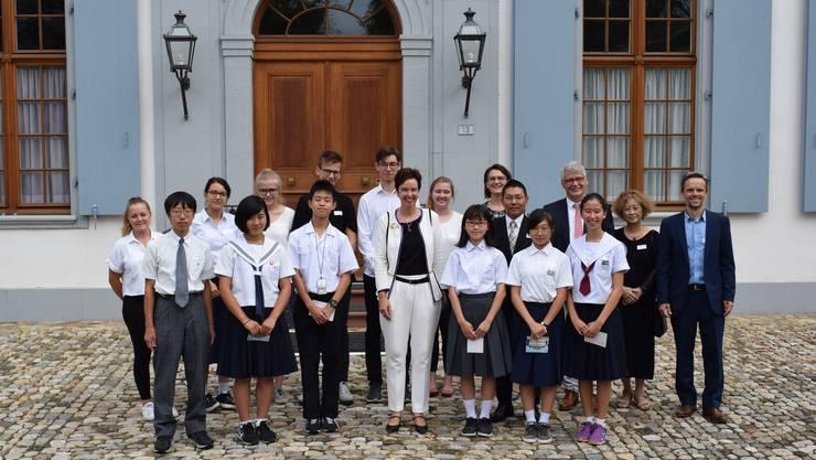 Regierungspräsidentin Monica Gschwind (Mitte) empfing die Jugendlichen auf dem Schloss Ebenrain.