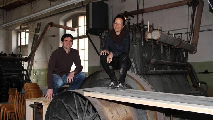 Dave Roth, Vertreter des Quartiervereins, und Bühnenbildnerin Jacqueline Weiss auf der Dieselmaschine, die Teil der Bühne ist. Carolin Frei