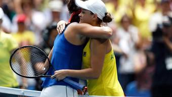 Die Französin Caroline Garcia (links) gratuliert der australischen Weltnummer 1 Ashleigh Barty zum 6:0, 6:0-Sieg im zweiten Einzel des Fed-Cup-Finals