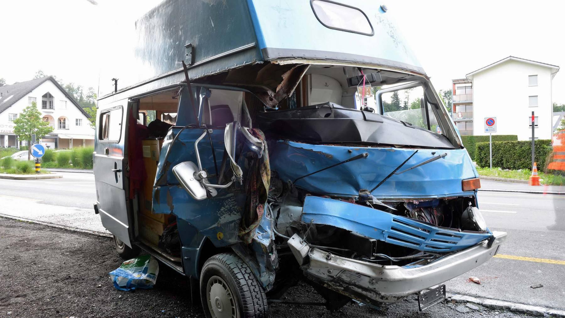 Beifahrerin in Wohnmobil eingeklemmt