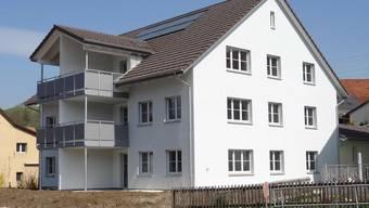 Das ist die neuste Liegenschaft der Wohnbaugenossenschaft Wölflinswil-Oberhof: Mehrfamilienhaus am Sunnemattweg in Wölflinswil. Quelle: chr