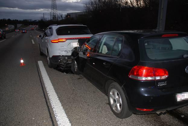 Dabei wurden beide Fahrzeuglenker sowie ein Beifahrer leicht verletzt.