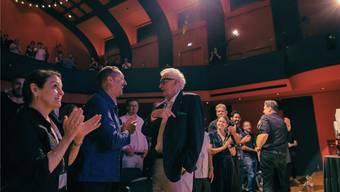 Die beiden Referenten des letzten Abends im Stadttheater: Ron Beinner (links) und Harry Benson. Im Hintergrund rechts Festivaldirektor Marco Grob.
