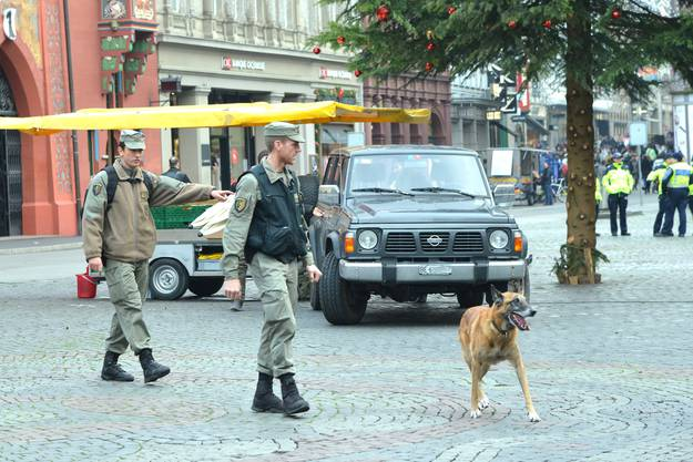 Die Innenstadt bereitet sich auf das Nachtessen der Gäste in der Safranzunft vor. Spürhunde sind auch im Einsatz.