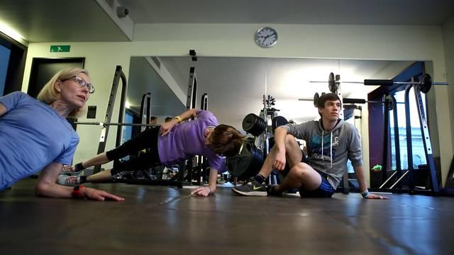 Sprunggelenk, Rumpf, Hüfte: Sport-Physiotherapeut Reto Kost bringt das Team Humbel ins Gleichgewicht.