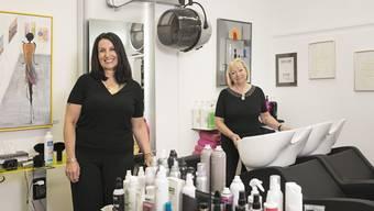 Hoffen, dass ganz viel Geld für die Kinder zusammenkommt: Die neue Inhaberin Bettina Felder (links) und die ehemalige Besitzerin Uschi Huwiler im Salon Löckli in Oberengstringen.