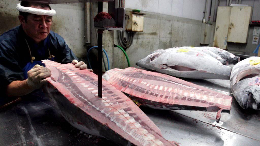 Um Frische vorzutäuschen, wird Thunfischfleisch oft verbotenerweise chemisch behandelt. (Symbolbild:  EPA/EVERETT KENNEDY BROWN)
