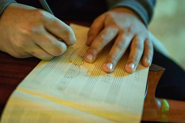 Obwohl die Schüler keiner Partitur folgen, haben sie sich bereits mit musikalischen Elementen vertraut gemacht.