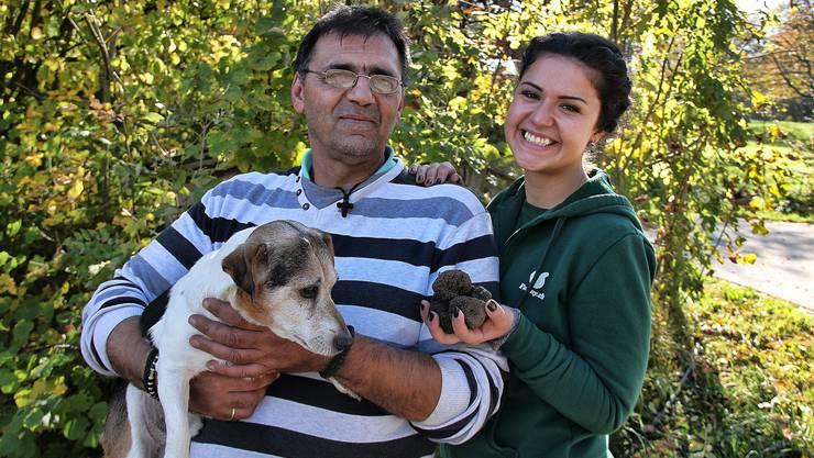 Trüffelpapst Zoran Martinovic (58, Möhlin) und sein Trüffelhund Bucko (9) weihten die Besucher in die Geheimnisse des Trüffelsuchens ein. Ebenfalls im Bild: Eventorganisatorin Petra Stankovic von farmy.ch.