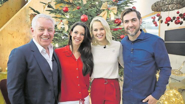 Weihnachten im November: Moderatoren Röbi Koller und Kiki Mäder, Sängerin Linda Fäh und Manuel Burkart, die eine Hälfte von  «Divertimento» (von links) bei den Dreharbeiten in der Stiftung Lebenshilfe.