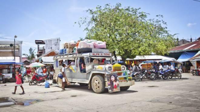 Reisen im Jeepney, einem zum Transportgefährt umgebauten Militärfahrzeug, ist ein Muss auf den Philippinen: Schulter an  Schulter, Bein an Bein sind auch andere Berührungsängste schnell überwunden. Foto: Laif