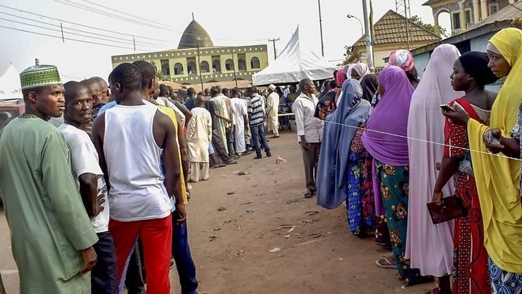 Nigeria wählt einen neuen Präsidenten und ein neues Parlament - die Warteschlangen vor den Wahllokalen sind lang.