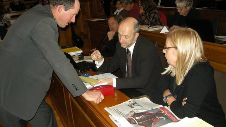 Beobachtet von Margreth Schär diskutieren die Fiko-Mitglieder Jürg Iseli (l.) und Bernhard Antener die Lohnforderungen. Foto: UZ