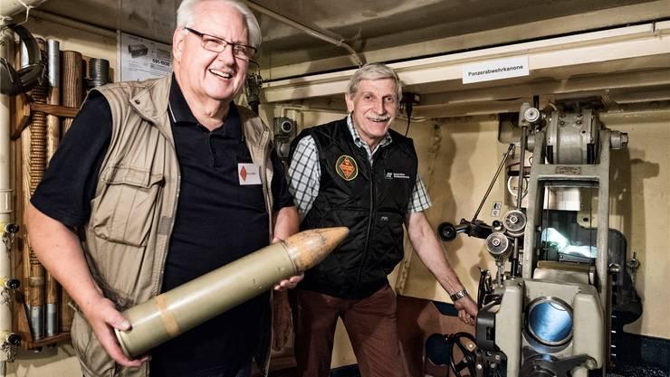 Peter Höfler (links) und Beat Wyser vor der Panzerabwehrkanone, einem der Höhepunkte bei einem Besuch im Infanteriewerk Süd. FOTOS: ROLAND SCHMID