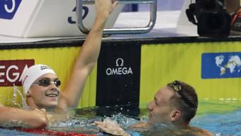 Schwamm zur dritten Goldmedaille des Tages und zur fünften in Budapest: der Amerikaner Caeleb Dressel (rechts)