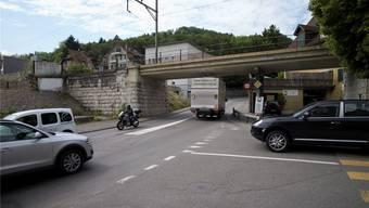 Kein Platz für Velostreifen: auf der Mellingerstrasse bei der Bahnüberführung Archiv