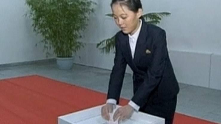 Kim Yo Jong bei der Stimmabgabe am 9. März 2014. ho