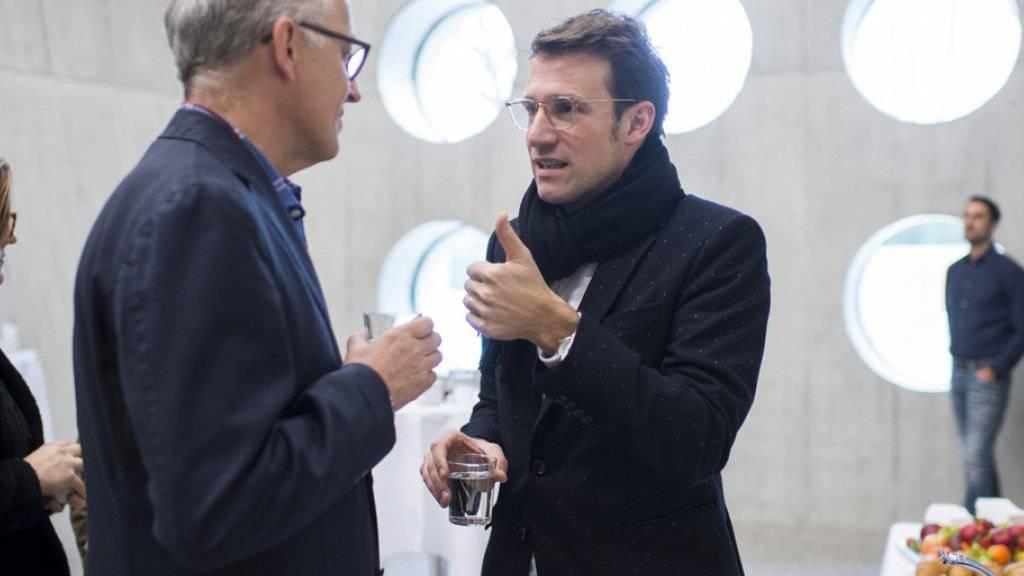 Im Neubau des Landesmuseums spricht Architekt Emanuel Christ (r) mit Direktor Andreas Spillmann. Die zahlreichen runden Fenster öffnen den Blick auf die Umgebung.