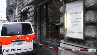 In diesem Bijouteriegeschäft an der Stadtzürcher Rämistrasse machten am Samstag drei bewaffnete Räuber fette Beute. Das Deliktsgut hat laut der Polizei einen Wert von weit über einer Million Franken.