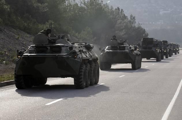 Ein Militärkonvoi mit mutmasslich russischen Soldaten auf der Strasse von Sevastopol nach Simferopol.