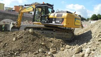 Die Firma Kies+Beton trennt das angelieferte Erdreich in Sand und Kies auf. (Synonym)