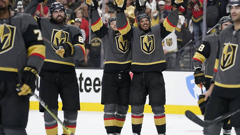 Die Spieler der Vegas Golden Knights lassen sich nach dem Halbfinaleinzug feiern