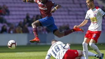 Dem Servettien Koro Koné (in granatrot) läuft es derzeit blendend mit Servette in der Challenge League: 2 Tore vom 1:2 zum 3:2 gegen Chiasso