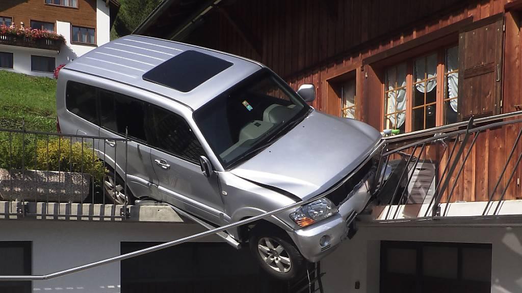 Terrassengeländer stoppt Irrfahrt von Auto in Bauen UR