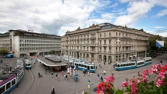 Schweizer Banken, im Bild der Zürcher Paradeplatz, sollen an Femdwährungskursen herumgeschraubt haben.