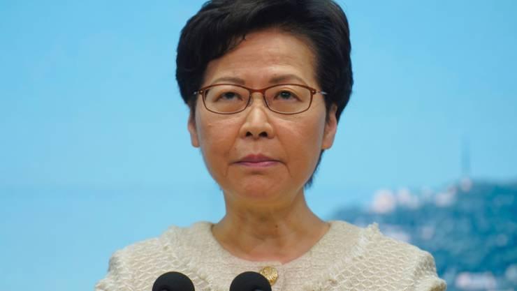ARCHIV - Carrie Lam, Regierungschefin der chinesischen Sonderverwaltungszone Hongkong, nimmt Fragen von Journalisten bei einer Pressekonferenz entgegen. Nach britischer Kritik an Chinas Sicherheitsgesetz hat sich die Regierungschefin von Hongkong, Carrie Lam, von der britischen Elite-Universität Cambridge getrennt. Foto: Vincent Yu/AP/dpa