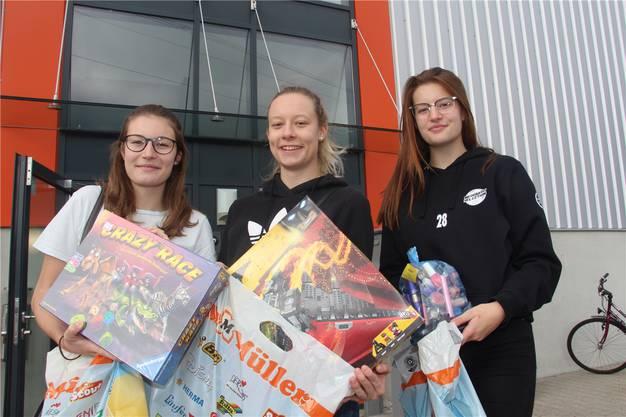 Die drei Schwestern Céline (19), Amina (20) und Mirjam (15) Meier aus Schönenwerd haben sich eingedeckt mit Spielsachen, einem Crazy Race und einer Legoschachtel und die jüngste zusätzlich mit einer Tüte voller Kosmetikartikel.