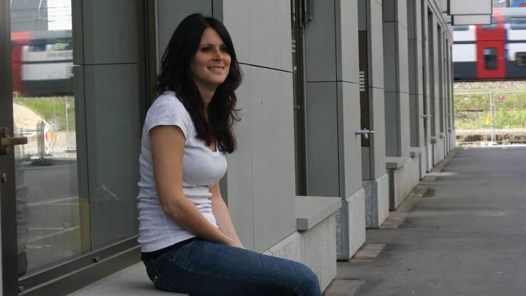 Silvia Galasso vor ihrem Coiffeursalon, dahinter ist an der Webereistrasse noch kein Lokal vermietet. aru