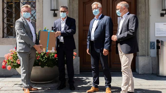 KSA-Chef Robert Rhiner und Betriebsleiter Sergio Baumann übergeben Baugesuchsunterlagen an den Aarauer Baubewilligungsleiter Thomas Oetiker und Stadtpräsident Hanspeter Hilfiker.