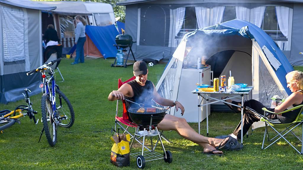 Chillen und dabei Würste grillen: Der Campingboom hat auch im ersten Halbjahr 2021 angehalten und der Parahotellerie damit geholfen, sich vom Corona-Einbruch zu erholen. (Archivbild)