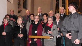 Organist Andreas Jud (vorne rechts) nimmt zusammen mit dem Chor den Applaus des Publikums entgegen. DD