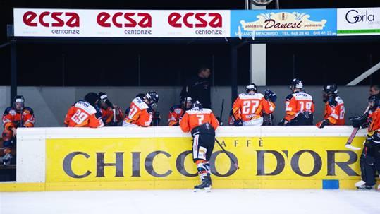 Kein Kaffeeklatsch: Interims-Headcoach Sandro Duttweiler (im Hintergrund) appelliert während des Time-outs an die Ehre der Urdorfer.