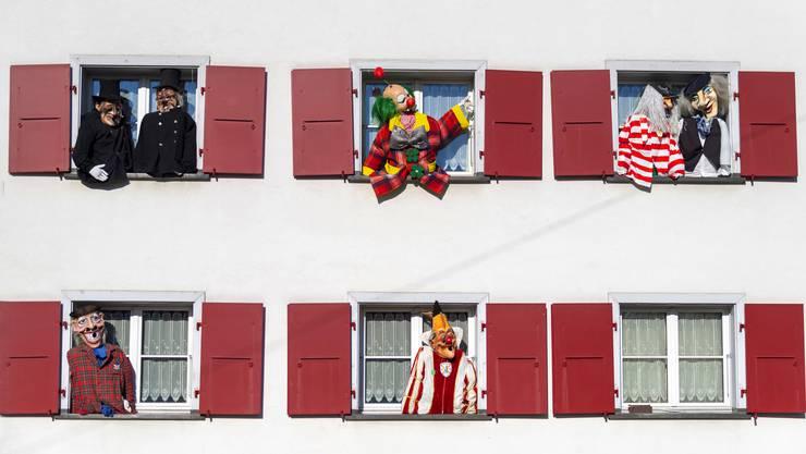 Fasnacht AllschwilIn Allschwil bildet der Sonntag mit Morgästräich, Umzug und Guggäkonzärt den Höhepunkt der Fasnacht. Die zur Dekoration aufgehängten Figuren freuen sich schon lange darauf.