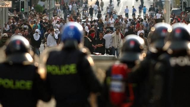 Der Pressefotograf wurde während G8-Protesten in Genf von einer Schockgranate der Polizei verletzt (Archiv)