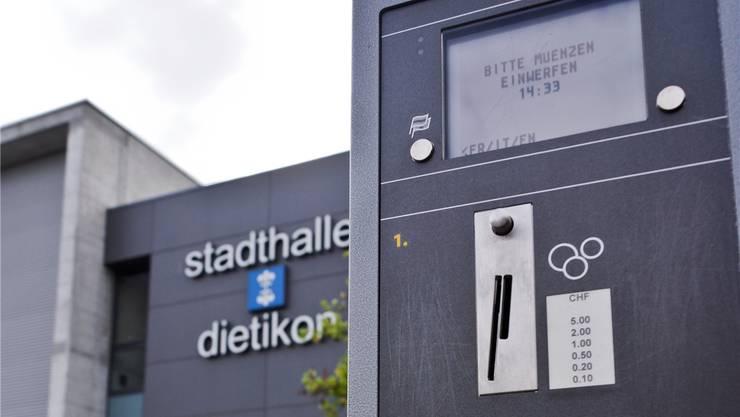 Seit Jahresbeginn 2014 muss man vor der Stadthalle fürs Parkieren bezahlen. Das haben viele Automobilisten nicht getan.