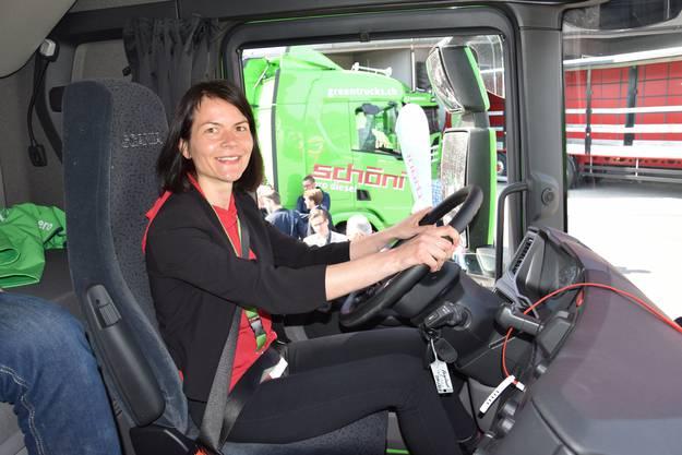 Sabine Rapold, Managerin Logistik bei Lidl Schweiz, drückt aufs Pedal.