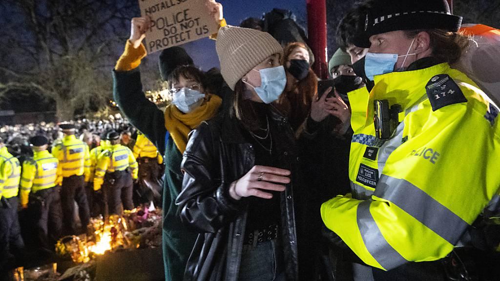 Eine Frau spricht mit einer Polizeibeamtin während einer Mahnwache für die getötete Sarah E. im Stadtteil Clapham Common, nachdem die «Reclaim These Streets»-Mahnwache offiziell abgesagt wurde. Foto: Victoria Jones/PA Wire/dpa