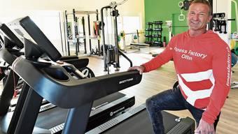 Pascal Jörg steht im neuen Fitness für Mann + Frau im zweistöckigen Anbau.
